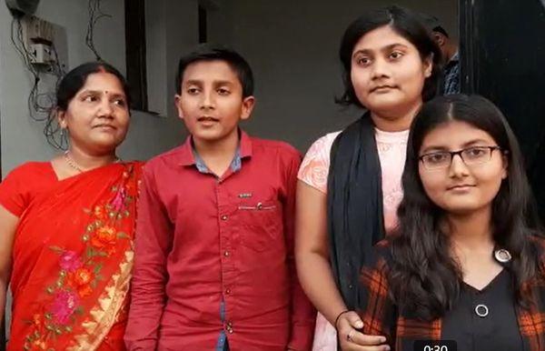 अपने भाई-बहन और मां के साथ पूजा।