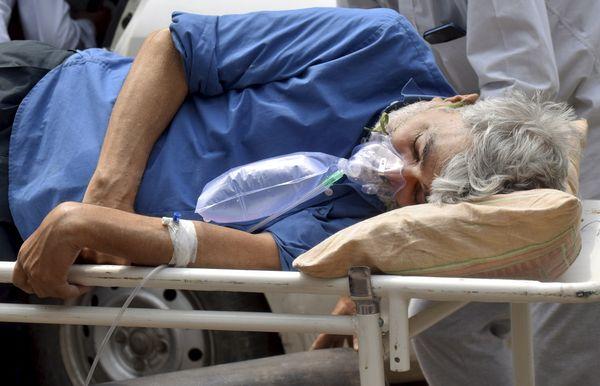 प्रयागराज में एक कोरोना पॉजिटिव मरीज को ऑक्सीजन सपोर्ट के साथ स्वरूप रानी नेहरू हॉस्पिटल में ले जाते हुए।