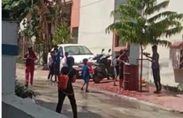 कोलार रोड स्थित कॉलोनी में होली पर पिचकारी से कलर डालते हुए बच्चें