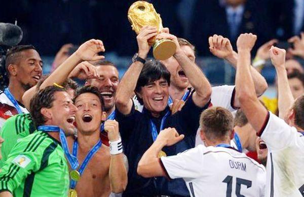2014 वर्ल्ड कप जीतने के बाद जर्मनी की टीम और उनके कोच जोआकिम लो।