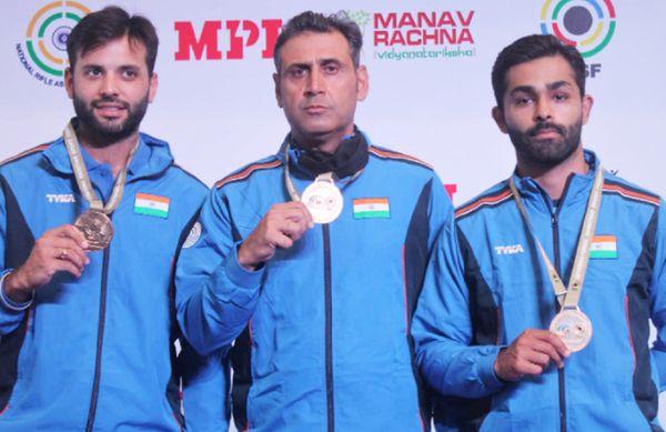 गोल्ड जीतने के बाद भारतीय मेन्स स्कीट टीम।