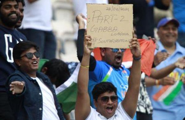 फैन्स ने टीम इंडिया से इस साल गाबा पर मिली ऐतिहासिक जीत दोहराने की मांग की। मैच के दौरान पोस्टर के साथ इंडियन फैन।