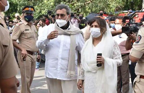डायरेक्टर सुभाष घई भी पत्नी के साथ दिलीप सहाब की अंतिम यात्रा में शामिल हुए थे।