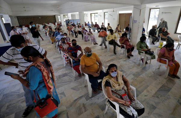 यह फोटो अहमदाबाद की है, यहां शुक्रवार को वैक्सीन लगवाने के लिए लंबी लाइन लगी रही।