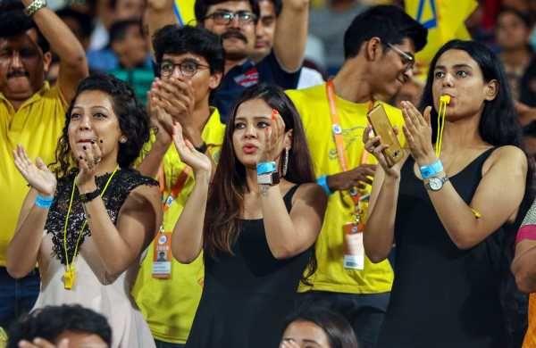 IPL मैच के दौरान धोनी की टीम चेन्नई सुपर किंग्स को सपोर्ट करने पहुंची साक्षी (बीच में)।