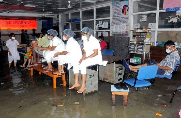 डॉक्टर और हेल्थ वर्कर्स कोरोना मरीजों के इलाज में जुटे थे कि अचानक बारिश का पानी अस्पताल के इमरजेंसी वार्ड में घुस गया। फोटो दक्षिण 24 परगना जिले की है।