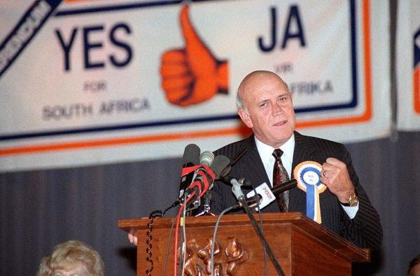 जनमत संग्रह कराने वाले दक्षिण अफ्रीका के तत्कालीन राष्ट्रपति एफडब्ल्यू डी क्लार्क को नोबेल शांति पुरस्कार मिला था।