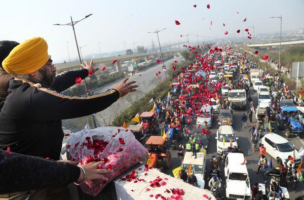 दिल्ली के सिंघु बॉर्डर पर किसानों के ट्रैक्टर रैली का स्वागत फूलों के साथ किया गया।