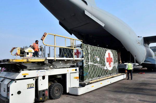 जर्मनी से शुक्रवार को ऑक्सीजन जनरेटर प्लांट लेकर एक प्लेन दिल्ली पहुंचा।