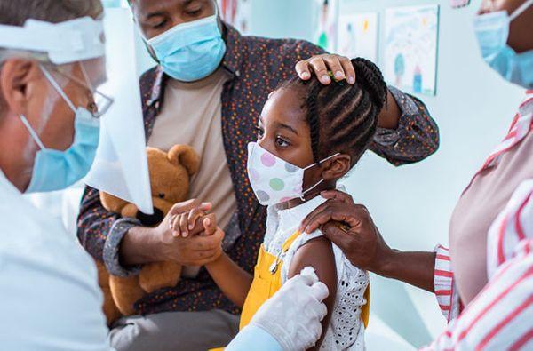 कोरोना वैक्सीन के क्लिनिक ट्रायल्स के दौरान बच्ची को टीका लगाते डॉक्टर। (फाइल फोटो)