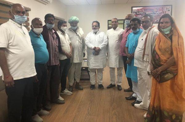 सहाड़ा से कांग्रेस का टिकट नहीं मिलने से नाराज राजेंद्र त्रिवेदी समर्थकों के साथ मंत्री रघु शर्मा