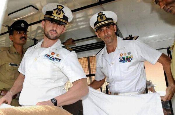गिरफ्तारी के बाद इटली के नौसैनिकों को पेशी के लिए ले जाती पुलिस।