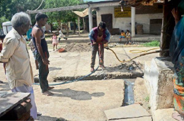 गांव बनवाड़ा में अभी तक नल कनेक्शन देने का काम ही चल रहा है।