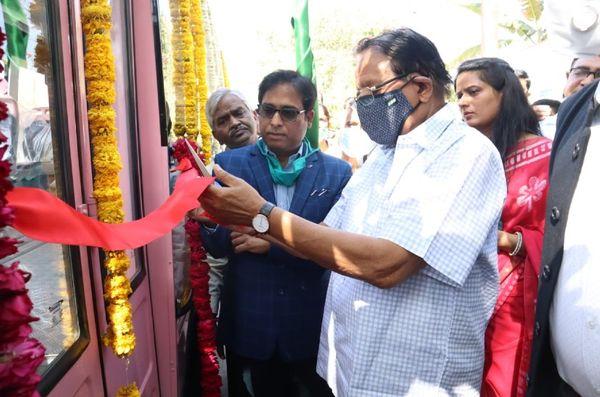 सुबह JCTSL की बसों का फीता काटकर उद्घाटन करते यूडीएच मंत्री शांति धारीवाल, उनके पास कोट पहने खड़े हैं वीरेंद्र वर्मा।