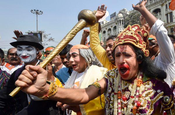 रैली के लिए कई लोग अलग-अलग भेष धरकर आए थे। अपने मेकअप की वजह से ये लोग भीड़ का ध्यान खींचने में भी कामयाब रहे।