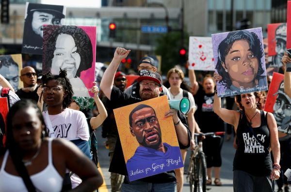 डेरेक को सजा सुनाए जाने के बाद लोगों ने मिनेपोलिस में फ्लॉयड के समर्थन में रैली निकाली।