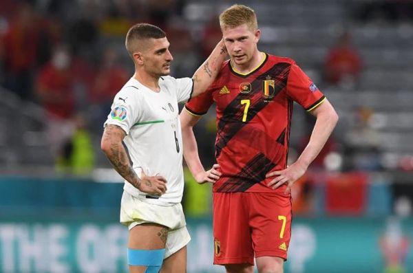 हार के बाद निराश बेल्जियम के स्टार मिडफील्डर केविन डि ब्रुइन (दाएं)। उन्हें दिलासा देते इटली के वेरात्ती।