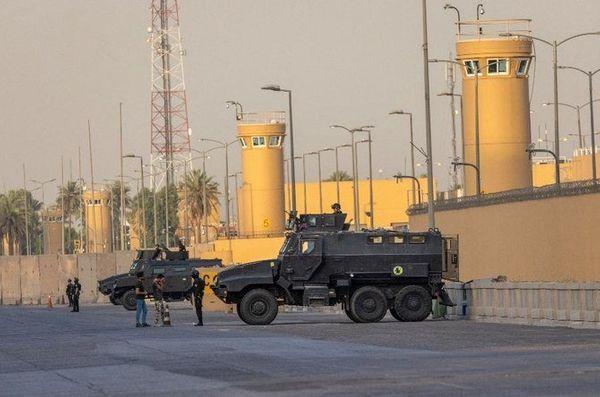 ये फोटो कुछ दिन पहले की है। इराकी काउंटर टेरेरिज्म फोर्स के गार्ड दूतावास के बाहर तैनात हैं।