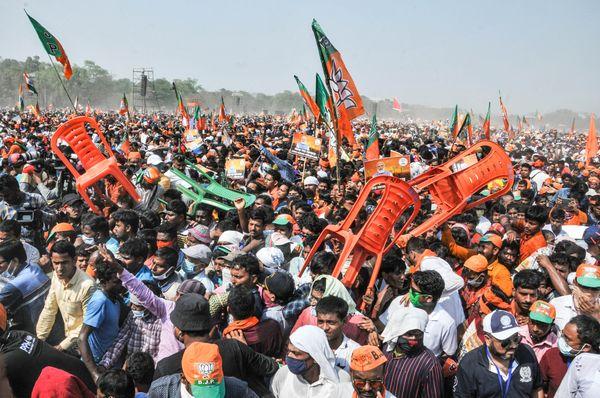 ब्रिगेड परेड मैदान में जुटी भीड़ देख PM मोदी ने कहा कि आप लोगों की हुंकार सुनने के बाद कोई संदेह नहीं रह जाएगा। कुछ लोगों को तो लगता होगा कि शायद आज 2 मई आ गई है।