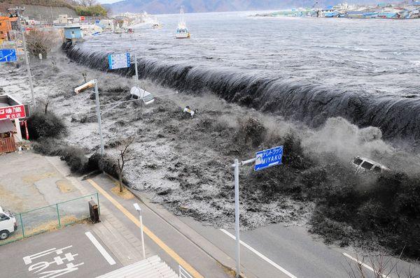 जापान में 2011 में आए जलजले का एक दृश्य।