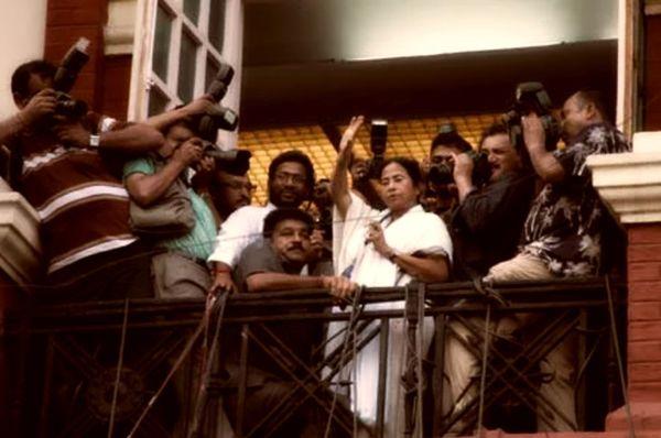 2011 में मुख्यमंत्री पद की शपथ लेने के बाद 18 साल बाद रॉयटर्स बिल्डिंग में गई थीं ममता।