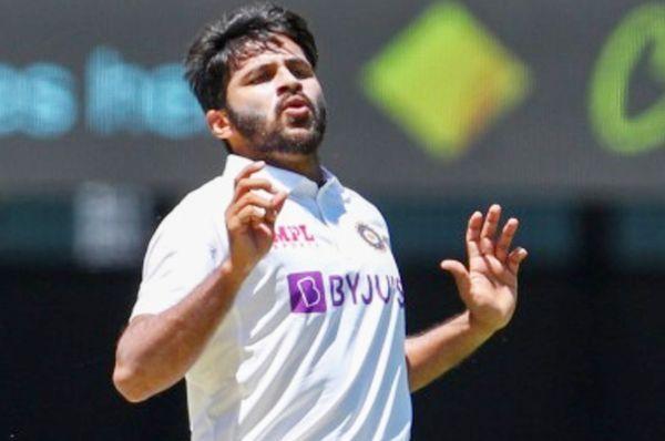 ब्रिस्बेन टेस्ट में गेंदबाजी करते शार्दूल।