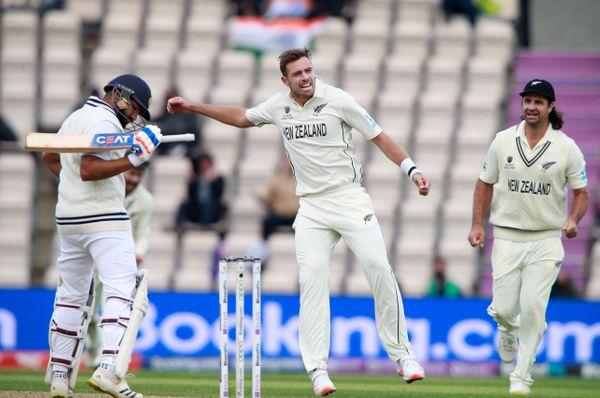 टिम साउदी ने भारत की दूसरी पारी में 4 विकेट लिए। उन्होंने रोहित शर्मा और शुभमन गिल को आउट कर अच्छी शुरुआत नहीं होने दी।