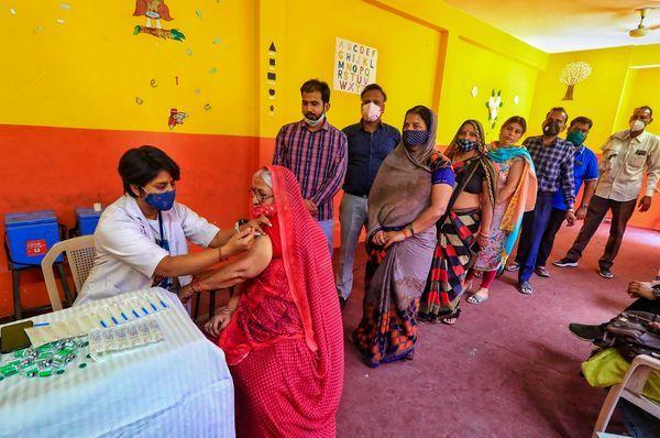 जयपुर में टीकाकरण केंद्र पर टीकाकरण लाइन
