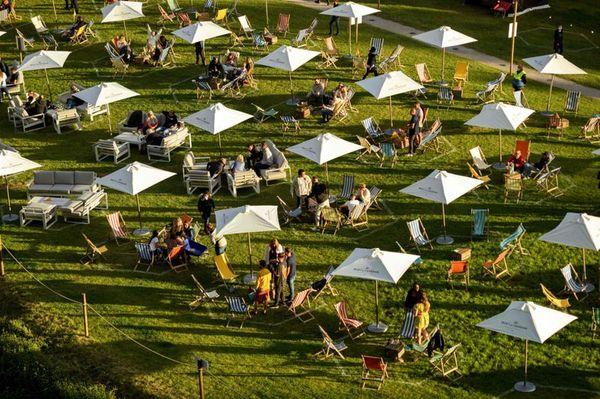 फेस्टिवल में शामिल होने वाले लोगों को सीमित दायरे में रखने के लिए हेक्सागोनल पिच बनाए गए हैं। इसमें 6 लोग को ही बैठने की इजाजत है। एक से दूसरी पिच के बीच 2.6 मीटर का गैप है।