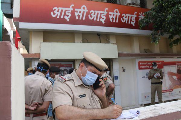 लूट की वारदात के बाद बैंक के बाहर पड़ताल में जुटे शिप्रापथ थानाप्रभारी खलील अहमद और अन्य पुलिस अधिकारी