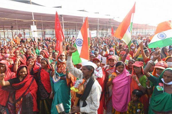 मंगलवार को मुंबई के आजाद मैदान में ध्वजारोहण के वक्त मौजूद किसान।