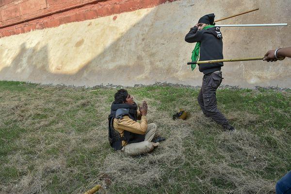 लाल किला के पास प्रदर्शनकारियों ने पुलिस के एक जवान की लाठी-डंडों से पिटाई की।