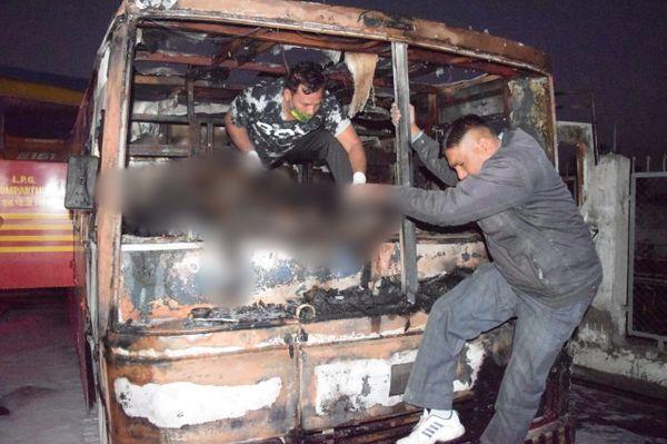 हादसा इतना भीषण था कि पास खड़ा ट्रक उसकी चपेट में आ गया। इससें ड्राइवर शब्बीर खान की मौत हो गई।