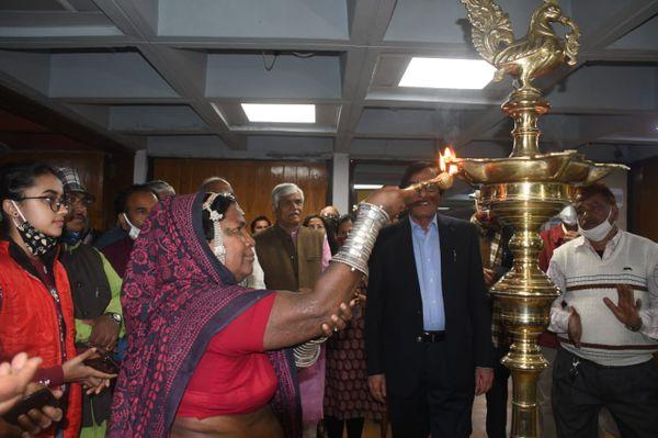 भारत भवन के स्थापना समारोह का शुभारंभ करतीं भूरी बाई। भूरी बाई को पहले हिंदी ठीक से नहीं आती थी। वे भीली बोली बोलती थीं।
