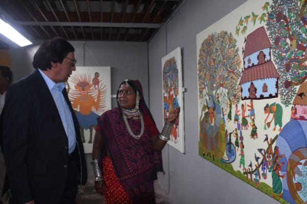 पद्मश्री से सम्मानित दो कलाकार। बाएं लोक कला विशेषज्ञ डॉ. कपिल तिवारी, दाएं उन्हें अपनी पेंटिंग दिखातीं चित्रकार भूरी बाई।