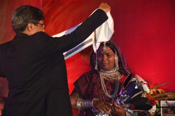 भूरी बाई को सम्मानित करते संस्कृति एवं पर्यटन विभाग के प्रमुख सचिव शिवशेखर शुक्ला। भूरी बाई पिथोरा शैली में चित्रकारी करती हैं।