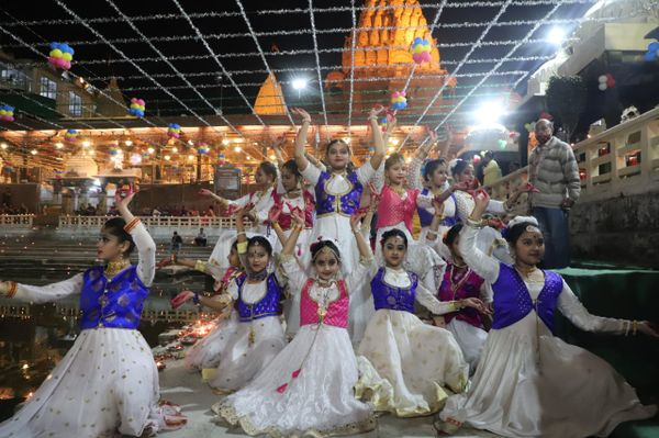 महाकाल मंदिर में नर्मदा उत्सव के दौरान प्रस्तुति देते बच्चे