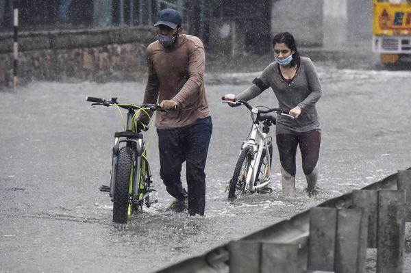 दिल्ली NCR क्षेत्र गुरग्राम में बारिश के बाद सड़कें पानी से भर गईं।