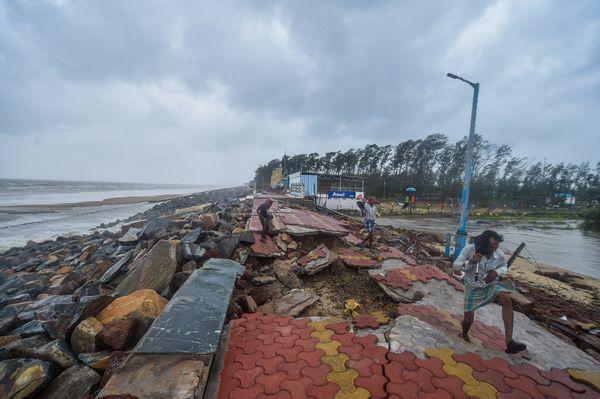 पश्चिम बंगाल के दीघा में समंदर किनारे बनाए गए फुटपाथ को तूफान ने उखाड़ दिया।