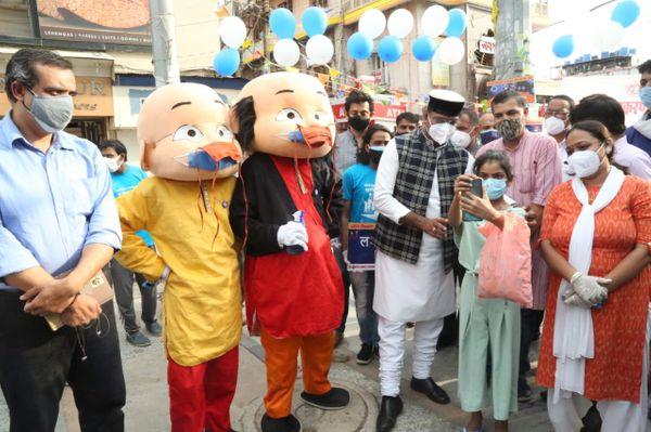 न्यू मार्केट में कार्टून कैरेक्टर्स मोटू-पतूल के साथ मंत्री विश्वास सारंग