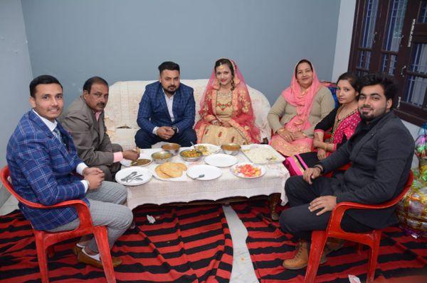 संदीप शादी के बाद अपने परिवार और पत्नी नीताली के साथ।