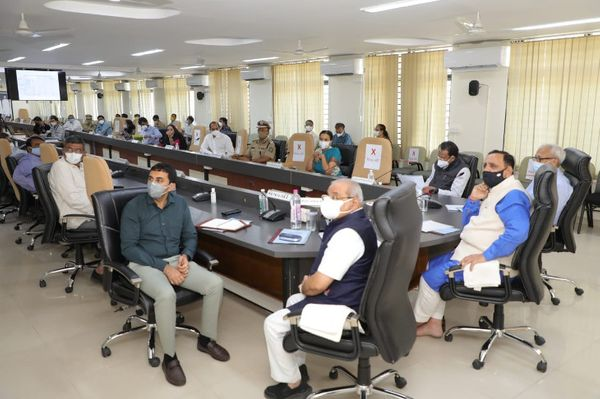 CM અને ડે.CM સહિતનો કાફલો ક્લેક્ટર કચેરીએ દોડી આવી બેઠક યોજી હતી.