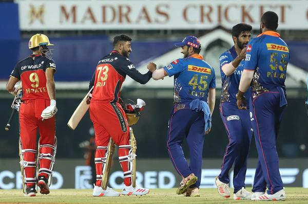 मैच जीतने के बाद हर्षल पटेल और मोहम्मद सिराज।