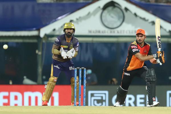 जब टीम को 14+ के रन रेट की जरूरत थी तब पांडे ने सिंगल लेकर अपना अर्धशतक पूरा किया।