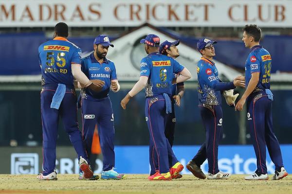 मैच जीतने के बाद मुंबई के खिलाड़ी।