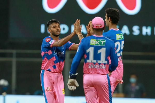 चेतन सकारिया ने चेन्नई के खिलाफ सुरेश रैना, महेंद्र सिंह धोनी और अंबाती रायडू के विकेट लिए।