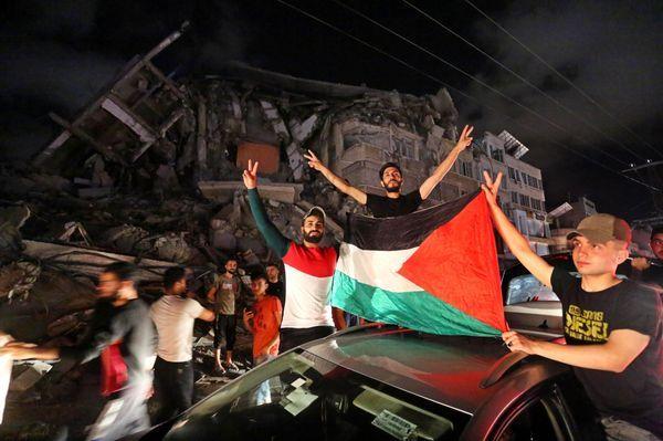 फ़िलिस्तीनी युवाओं ने संघर्ष विराम का जश्न मनाने के लिए रैली की।