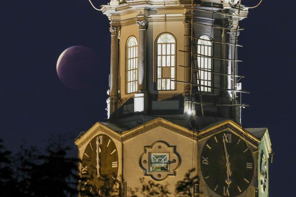 मनीला सिटी हॉल, फिलीपींस में चंद्र ग्रहण का दृश्य