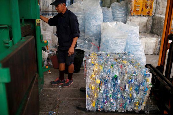 मशीनों के जरिए प्लास्टिक को छोटे-छोटे टुकड़ों में तब्दील करने की तैयारी।