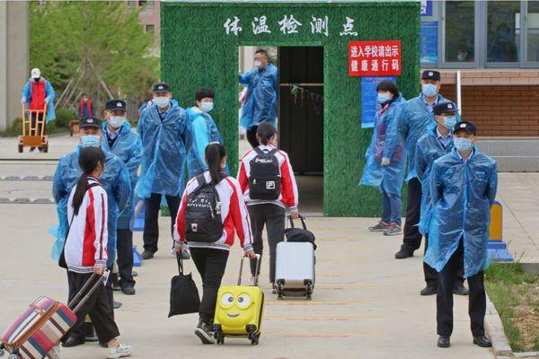 चीन में शनिवार को 14 पॉजिटिव मामले सामने आए। इनमें से सिर्फ दो संक्रमित ऐसे हैं जो दूसरे देश से चीन पहुंचे। यहां ज्यादातर स्कूल फिर शुरू हो गए हैं। शनिवार को शेंडोंग राज्य के यांतेई स्कूल की छात्राएं हॉस्टल जाती हुईं।